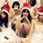 NMB48の東由樹がクリスマスに集合写真でM字パンチラ