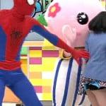 おはガールのあいがスパイダーマンにスカートめくられて黒パンチラ