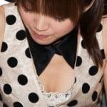 声優・三森すずこが胸の谷間が丸見えな服でおっぱいの膨らみをアピール