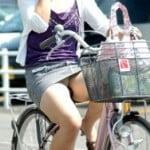 ミニスカートで自転車にまたがり平気でパンチラする女の子たち