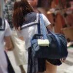 女子中高生が自分のバッグでスカートめくれてパンツ見えちゃう現象