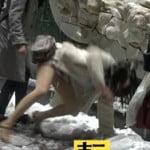 ミニスカートの女子大生が大雪で滑る瞬間の卑猥な場面が放送される