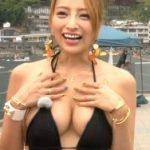番組で狩野の元恋人加藤紗里がバスト100cmの豊満なエロ水着おっぱいを見せる