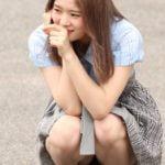 AKB48中野郁海18歳がしゃがみハミパンしたパンチラを披露する