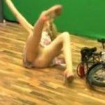 海外のTVショッピングでお姉さんが自転車で転んでパンモロする放送事故