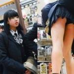 店でスマホカバー選んでる童顔JKの食い込み黒パンツを隠し撮り