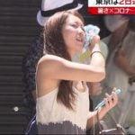 猛暑で汗を拭いている貧乳女性の乳首っぽいものが日テレニュース番組で映り込む