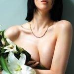三吉彩花がanan美乳特集でエッチな半身ヌードの手ブラおっぱい写真を晒す
