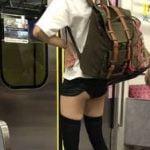 電車内でスカートめくれてパンツ丸見えの女が盗撮される