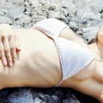女優の吉岡里帆が寝っ転がった白ビキニを晒してエロい横乳ハミ乳してしまう