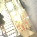 階段でスマホ弄ってる細身女子を下から盗撮する男が現れる